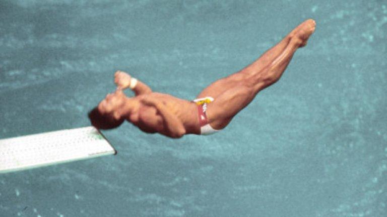 23. Сеул 1988: Удар в главата преди златото Както се вижда на снимката, американският скачач Грег Луганис си удря главата в трамплина по време на квалификациите, но това не му пречи да спечели златния медал по-късно с разлика от 25 точки на върха.