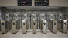 Парижкото метро остава блокирано, протестиращите отказаха коледно примирие