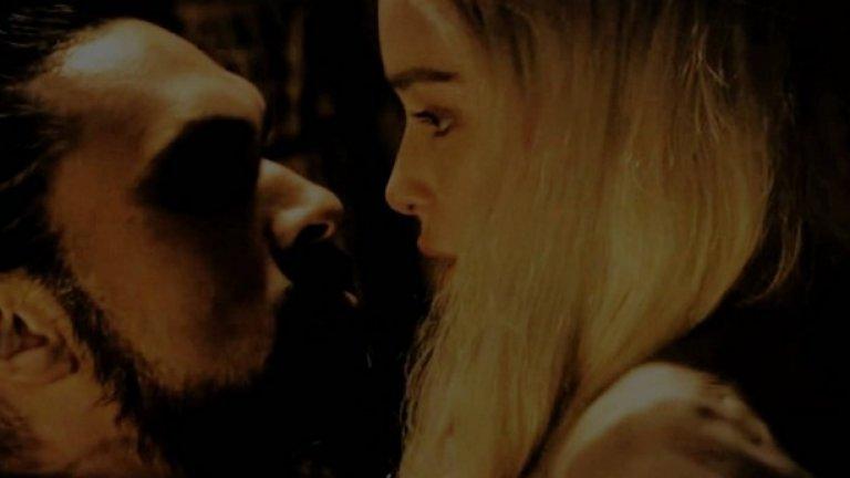 """1. Изнасилването от хал Дрого на Денерис Таргариен: сезон 1, епизод 1 През сезоните Game of Thrones редовно бива критикуван за разчитането на изнасилването като средство за развитие на сюжета, особено предвид факта, че Уайс и Бениоф често съчиняват сцени на изнасилвания в сериала там, където в книгите такива липсват. Първият път, в който виждаме жена да става жертва на брутално сексуално насилие на екрана, е в пилотния епизод, когато хал Дрого обръща току-що купената си млада булка Денерис Таргариен и прониква в нея, докато тя плаче  Както Соня Сараия пише в материал за """"Изнасилването на троновете"""" в A.V. Club, """"Трудно е да се отърсим от идеята, че сериалът не вижда проблем да превърне сцена от сложен, но все пак доброволен секс към открито изнасилване. Би било по-лесно да приемем тази мисъл, ако беше ясно какво се опитва да постигне сериалът с тези промени"""""""