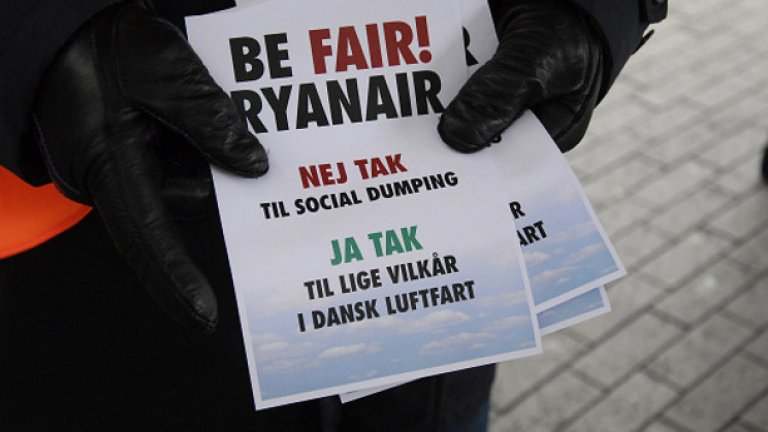 """Зад добрите финансови резултати на Ryanair се крият немалко """"сиви зони"""" На снимката: """"Бъди честен, Ryanair"""", протест на служители в Дания"""