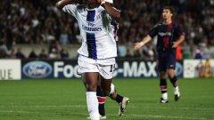 """14 септември 2004 г. Дидие Дрогба се плези и дразни парижката публика, след като е нанизал третия гол за Челси. Тимът, воден от Моуриньо, тогава смаза ПСЖ с 3:0 на """"Парк де пренс"""" в европейския дебют на треньора с лондонския клуб."""