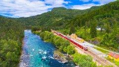 Нищо не може да се сравни с романтиката на пътуването по железопътните релси.    На снимката:  Част от линията Осло - Берген в Норвегия