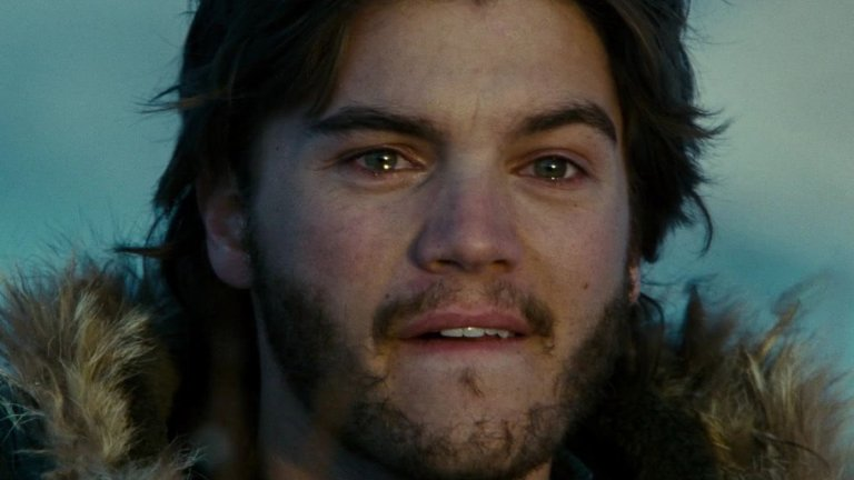 """Into The Wild / """"Сред дивата природа""""  В тези времена, когато на мнозина им се скитори из природата, един от добрите филми за гледане действително е """"Сред дивата природа"""", разказващ за истинската история на 23-годишния Кристофър Маккендлес, който решава да зареже цивилизацията и да се отдаде на пътуване към себе си и към Аляска. Той е сред най-добрите студенти във випуска си, топ атлет и все пак нещо му липсва - нещо, което ще открие докато пътува на стоп, с кану и пеш към заветния север, който трябва да направи от момчето мъж. И всичко това на фона на музиката на Еди Ведър от Pearl Jam. Филмът си заслужава заради въпросите, които те кара да си зададеш, след като го изгледаш, както и заради онова специфично настроение, което ще остави."""