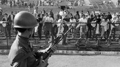 """Между началото на преврата на 11 септември и 11 октомври са избити около 3 000 души. Стадион """"Насионал"""", арена на световното първенство по футбол в Чили през 1962 г., сега става концентрационен лагер. В него държат пленниците като скотове, измъчват ги в съблекалните, а след това ги разстрелват пред входовете. Не пожалват дори прочутия бард и любимец на народа Виктор Хара..."""