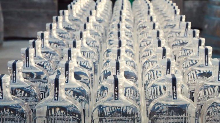 Джин със сълзите на актьора Както е известно, Рейнолдс има собствена марка джин. Какво обаче прави уникална Aviaton Gin - Това, че всяка сутрин хората, които се занимаватс него, медитират от 4 часа сутринта, след което поръсват използваните цитруси със сълзите на актьора. Растенията, добавени в алкохолната напитка, са набрани по хуманен начин и не са отглеждани в клетка преди това.  Преди да стигнат до домовете на хората бутилките се освещават от унитарианска църква в Калифорния, а канадската изпълнителка Сара Маклаклан им прави серенада. И освен това Aviaton Gin е оригинална американска марка... управлявана от канадец.