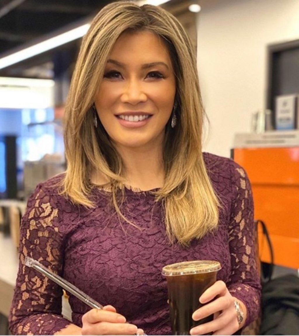 Сюзън Ли Освен на коронавируса, Китай е родина и на тази красавица. Тя обаче израства в Канада, където и започва кариерата й – в CBC (Canadian Broadcasting Corporation).   Работи и за CNBC в Азия, Европа и Америка. В момента е кореспондент на FOX Business.