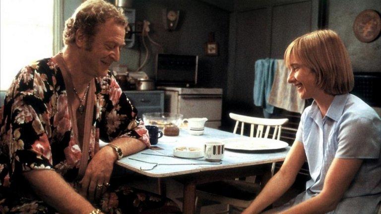 """""""Звезден глас"""" (Little Voice, 1998 г.)  Филмът, който донася на Майкъл Кейн """"Златен глобус"""" и показва, че той наистина може да играе всичко.   Докато скромната и некомуникативна Лаура Хоф (Джейн Хорокс) си припява заедно с любимите плочи на покойния си баща, я чува случайно приятел на майка й – импресариото Рей Сай (Майкъл Кейн). Поразен от таланта и ангелския й глас, той успява да я убеди, че има специален талант и й урежда участие в местен нощен клуб, без да подозира за проблемите, които дебютната изява на момичето пред публика ще породи."""