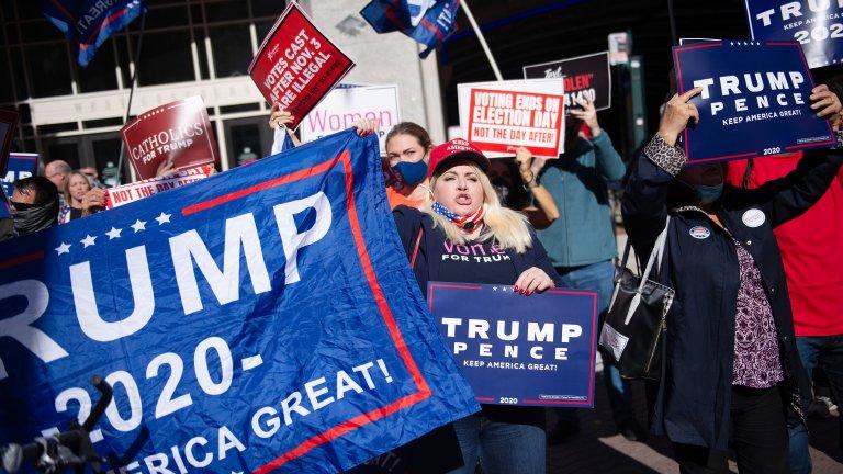 Демонстранти във Филаделфия, Пенсилвания, подкрепящи Доналд Тръмп, настояват гласовете по пощата да не се смятат, тъй като при тях може да има измами.