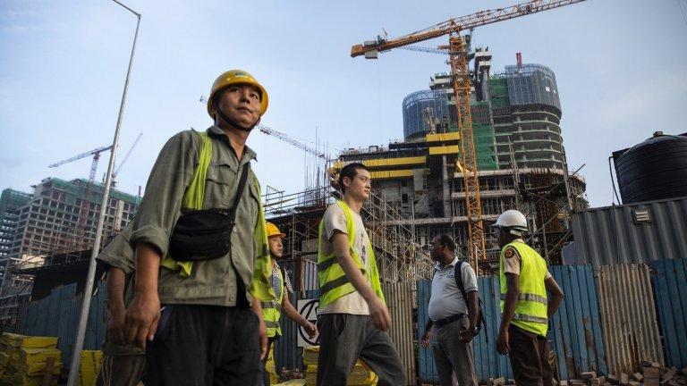 Африкански държави постепенно се отърсват от наивността си спрямо китайските инвестиции, които ги заливат. (На снимката: китайски строителни работници в Сиера Леоне)