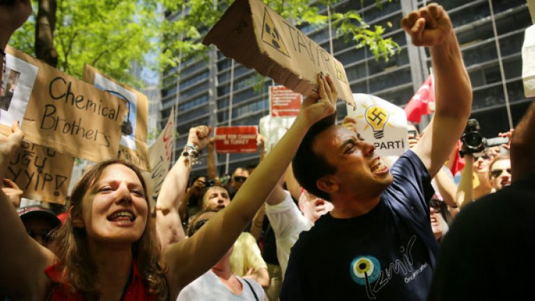 """Протестиращите от движението """"Окупирай"""" в Ню Йорк в подкрепа на протестиращите в Турция"""