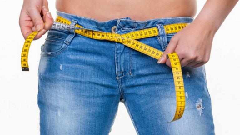 """5. Не следите колко калории приемате Някои твърдят, че храненето е най-важният параметър когато става въпрос за отслабване. Може да бъде лесно манипулирано така, че да се съобрази с лични цели, желания и възможности. Първата стъпка, която начинаещи предприемат когато започнат евентуално отслабване е да преминат към """"здравословно хранене"""", изключвайки газирани напитки, сладки и тестени изделия. Това дава фалшив бърз ефект, тъй като изброените храни съдържат големи количества сол, а прекомерният прием на натрий (или сол) е пряко свързан с това, как организмът обработва водата в тялото. Заради загубата на вода може да се """"отслабне"""" между 2-5 килограма в период от 5-6 дни, а всъщност да не сте изгорили никакво количество мазнини (нещо което се наблюдава при 90 дневната диета). За да сте сигурни, че ще успеете с диета за отслабване е необходимо освен да правите по-здравословни избори, да постигате и калориен дефицит в повечето дни в седмицата. Калориен дефицит се постига когато приемате по-малко калории, отколкото горите. Проблемът идва от това, че ако не следите приетите калории, няма как да знаете кога сте постигнали дефицит за деня. Прекалено голям дефицит би довел до загуба на мускулна маса, а прекалено малък или никакъв - до поддържане на килограми или до покачване на тегло. Нещо което силно препоръчвам (освен да следите колко калории приемате) е да записвате основни данни като килограми, талия и ханш в таблица."""