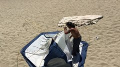 """Съществуващият Закон за устройство на Черноморското крайбрежие урежда допустимото строителството по плажовете - Зона А (на 100 метра от брега), а Министерството на туризма тепърва ще тълкува понятието """"къмпингуване"""", след като поредната законодателна недомислица стана факт.   Ако опънете палатка на плажа, глобата е от 1000 до 10 000 лева."""