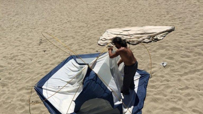 Депутатите обсъждат два законопроекта за изменение и допълнение на Закона за устройство на Черноморското крайбрежие, с които се очаква да отпадне забраната за разполагане на палатки на плажа и други места, както и за предвиждането на временни терени за къмпингуване