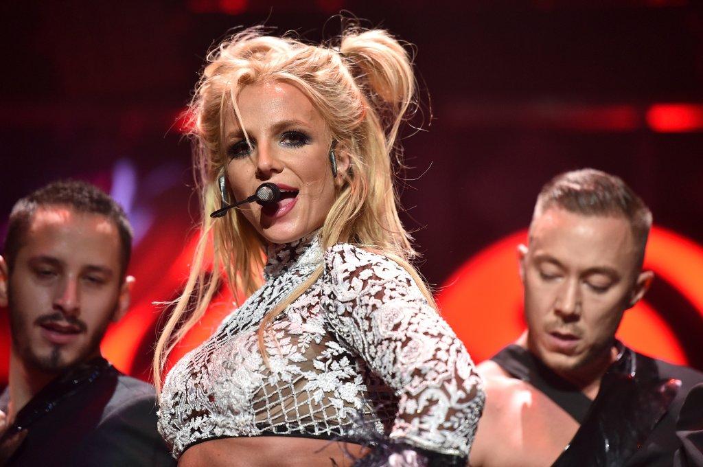 """Бритни СпиърсКогато е на 12 години, Бритни се присъединява към """"Мики Маус клуб"""" на Disney. Тя е артистична и чаровна по онзи начин, който американците обожават, и на 16 вече прави първите си крачки в певческата си кариера. Дебютният ѝ сингъл """"Baby One More Time"""" дебютира директно на първо място в класацията на Billboard.   Някъде след четвъртия ѝ албум - """"In the Zone"""" - нещата вече започват сериозно да се объркват. Тогава тя се жени за приятел от детството в Лас Вегас, само за да се разведе след 55 часа. Бракът ѝ с танцьора Кевин Федърлайн също завършва с крах. Спиърс страда от зависимости, депресия и психични сривове, a в момента се бори за попечителството над собствените си две деца."""