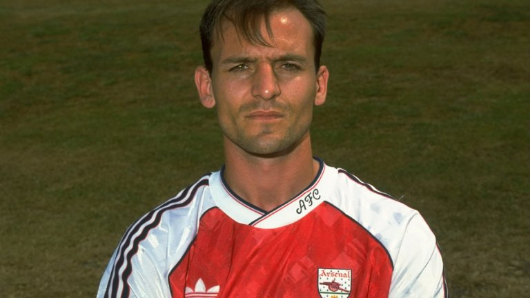 """Стив Боулд  Доминиращият централен защитник завърши кариерата си през 2000 г. в Съндърланд и скоро се върна в Арсенал, за да започне изкачването си по треньорската стълбица. В продължение на 10 години той тренира отбори от академията на """"топчиите"""" и постигна успехи с тях, за да бъде издигнат до първи асистент на Арсен Венгер през 2012 г. Все още е помощник в Арсенал и бъдещето му е неясно, в случай че Венгер напусне след края на сезона."""