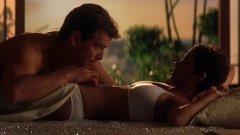 """Холи Бери в """"Не умирай днес""""  В пълния с каскади филм за Джеймс Бонд най-голямата опасност идва от... една любовна сцена. В нея Холи Бери се задавя почти до смърт с парченце плод. Докато нейната героиня се отдава на чувствата си с прочутия покорител на женски сърца Бонд (тогава все още игран от Пиърс Броснан), тя отрязва къс смокиня и го слага в устата си, докато двамата продължават да се целуват.  Оказва се, че в тази доста слабо осветена сцена никой от екипа не осъзнал, че Бери е започнала да се дави. Самият Броснан се проявил като спасител и светкавично приложил метода на Хаймлих, без който последиците можеха да бъдат фатални. Името му е Броснан. Пиърс Броснан."""