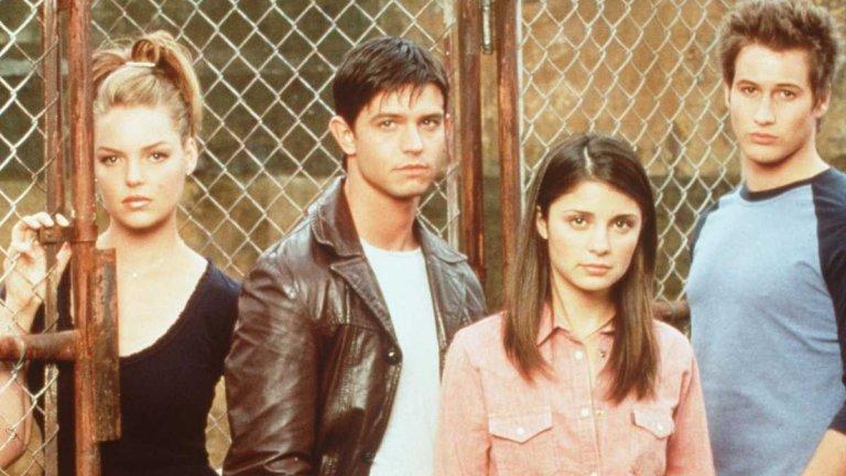 """Roswell / """"Розуел"""" Този сериал се излъчваше между 1999 г. и 2002 г. Тук Катрин Хейгъл е по-млада дори от Изи в """"Анатомията на Грей"""", а сюжетът на сериала се върти около живота на няколко деца със свръхестетвени способности 42 години след като в пустинята на Ню Мексико се разбива космически кораб. Когато смесиш извънземни с тийнейджърска драма...получаваш """"Розуел""""."""