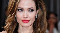 """1. Анджелина Джоли - През август 2016-а в интернет започва да циркулира фалшиво съобщение, че актрисата се е самоубила. То е придружено от линк, водещ към кликбейт сайт. Потребителите биват подлъгвани с надпис """"CNN Video Footage"""" в заглавието на """"новината"""". Подобен метод е използван, за да бъдат натрупани кликове и от """"смъртта"""" на Вин Дизел, Никълъс Кейдж и кечистът Джон Сина. И отново - нито един от тях не е починал."""