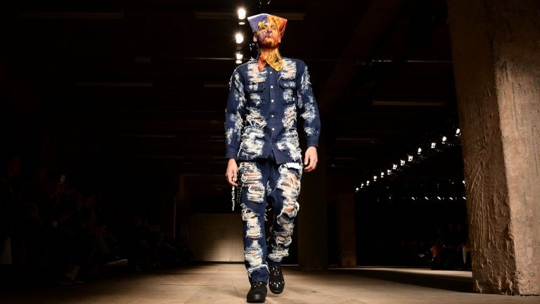 Костюм от съдран дънков платАко имате излишни 1600 долара и смелостта да напуснете дома си, облечени по този начин.