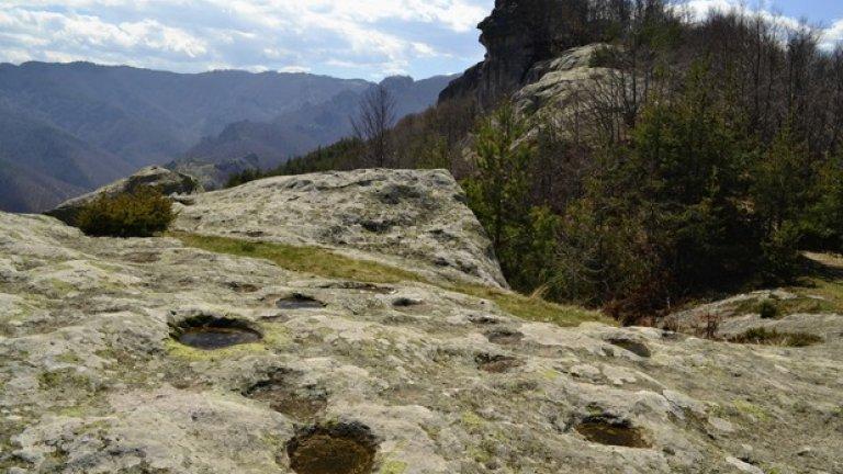 В скалите са изсечени обредни ями, които постоянно са пълни с дъждовна вода.