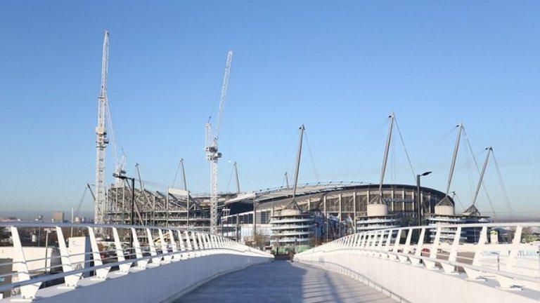 """Мост свързва комплекса със стадион """"Етихад"""", като архитектурата напомня пистата за Формула 1 в Абу Даби."""