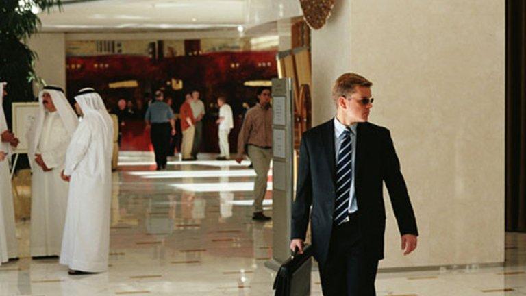 """""""Сириана""""   В """"Сириана"""" Мат Деймън си партнира с Джордж Клуни, Джефри Райт и Аманда Пит, а сюжетът се върти около най-важният ресурс на планетата – нефтът. Той е достатъчен мотив за корупция, измами и предателство и във филма това е достатъчно ясно представено.   Клуни е в ролята на агент на ЦРУ в Близкия Изток, докато Деймън е финансов съветник на принц Назир. Това, което следва, е сложна мрежа от интриги от много страни, които се опитват да установят контрол над петрола."""