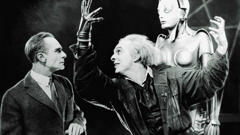"""Роботът Мария, Metropolis (1927 г.)  Трудно е човек да осмисли, че наближаваме 100-ия юбилей на филма на Фриц Ланг. В """"Метрополис"""" луд учен създава роботизирано копие на своята покойна любима. Роботът, който притежава едва ли не магически сили, впоследствие се сдобива с лика на друга жена, за да предотврати бунт. Вместо това машината всяка хаос в дистопичното обществото. Макар да не набляга чак толкова на опасностите от развитието на технологиите, филмът все пак успява да предвиди, че в това да си играем на богове има рискове."""