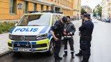 Премиерът Стефан Льовен от 5 години обещава решения, но те така и не идват (на снимката: шведски полицаи)