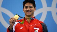 Сингапур  Когато плувецът Джоузеф Шуулинг победи идола си Майкъл Фелпс на 100 метра бътърфлай, той стана първият златен медалист на Сингапур и първият, който ще прибере рекордната премия от $753 000. Това е почти 30 повече, отлокото Фелпс или който и да е друг американски атлет получава за първо място на Олимпиада.