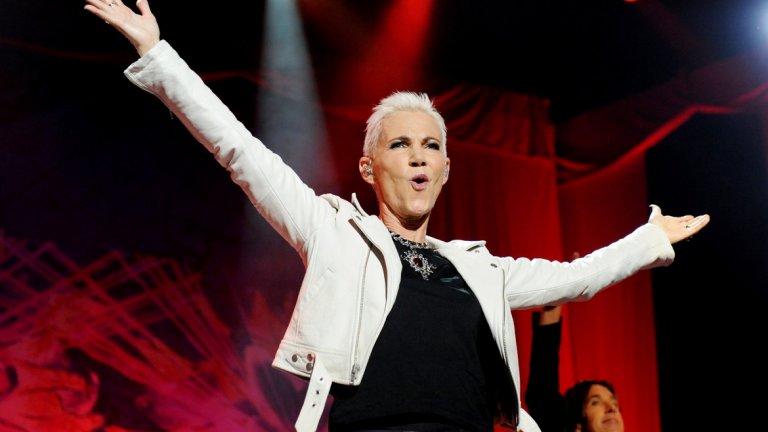 """Мари Фредриксон    Родената през 1958 г. в Швеция Фредриксон започва активната си кариера в средата на 70-те години на 20 век. Най-популярна става като част от поп-рок дуото Roxette с Пер Гесле. Създадено през 1986 г., в края на 20 век дуото е най-популярното в Европа. Техни хитове се редят един след друг и са номер едно в класациите. Мари има и солов албум """"The change"""", който бързо влезе в шведските класации под номер едно и доби златен статут. Певицата напусна този свят на 10 декември тази година."""