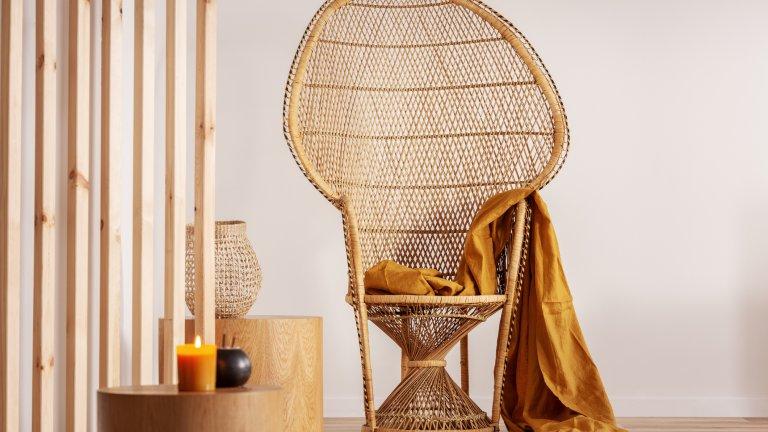 Негово Величество пауновият стол  Така нареченият на английски 'peacock chair' сам по себе си е символ на бохемската култура - внесен от Източна Азия в края на 19. век, той събира популярност през 60-те и 70-те години и се завръща на мода и в наши дни и влиза в много интериорни проекти с цел да внесе малко шик. Ето защо дори да купите такъв и да го сложите у дома вече го прави една идея по-бохемски - защо да не започнете с него?