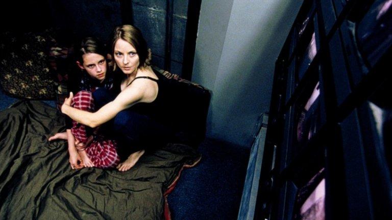 """""""Паник стая"""" (Panic Room)Година:2002Клаустрофобичният психотрилър на Финчър държи на тръни през цялото време и определено не трябва да се гледа в незряла възраст, защото оставя травми.  В него наскоро разведената Мег (брилятната Джоди Фостър) се нанася в нов дом в Ню Йорк с дъщеря си (пробив за Кристен Стюарт), която е диабетичка.  Всичко щеше да е приказка, ако в апартамента нямаше и скрита стая, която представлява интерес за трима престъпници, а цялата психологическа игра на котка и мишка едва започва, когато двете жени влизат вътре. Хлоп - капанът се затваря."""