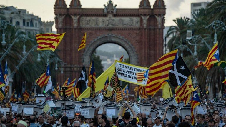 Какво предизвика протестите и кога те започнаха? Настоящият изблик на протести дойде след решението на Върховния съд да постанови ефективни присъди срещу деветима от просепаратистките политически лидери заради провалилия се референдум за независимост през 2017 г.  Друг митинг в полза на единството на Испания дойде като отговор на протестите за независимост.