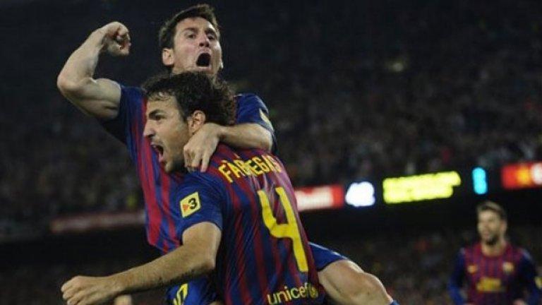С двете си попадения във вратата на Сантос аржентинският магьосник Меси (горе) повтори постижението на Педро, който преди две години се разписа във всички шест състезания, в които участва отборът. Фабрегас също бе точен в днешния финал