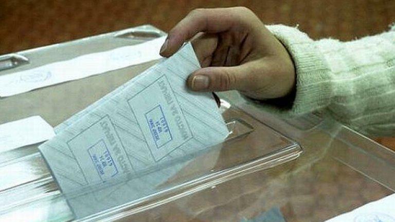 Два от щабовете на политически партии в Габрово осъмнаха тази сутрин със залепени с каноколит ключалки