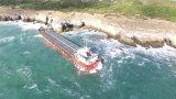 Миризма на нетфтопродукти и наличие на опалесценция е установено край заседналия кораб
