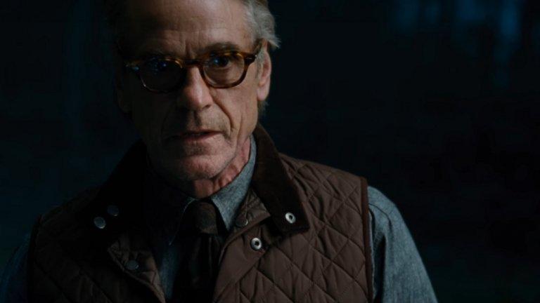 """БОНУС: Джеръми Айрънс  Включваме Айрънс, защото... ами защото това е Джеръми Айрънс и заслужава нашето внимание. Той все още не се е снимал във филм на Marvel Studios, но има две роли в комиксови продукции. По чудесен начин изигра Алфред - верният иконом на Батман (Бен Афлек), в доста слабите """"Батман срещу Супермен: Зората на справедливостта"""" (2016 г.) и """"Лигата на справедливостта"""" (2017 г.) на DC/Warner Bros. Вече можем да го гледаме и в нова """"комиксова"""" роля - в сериала на HBO """"Пазителите"""", който се води продължение на графичната новела Watchmen."""