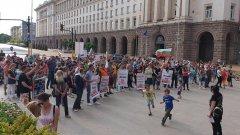 Демонстранти настояват, че детето е неправомерно отнето в Холандия