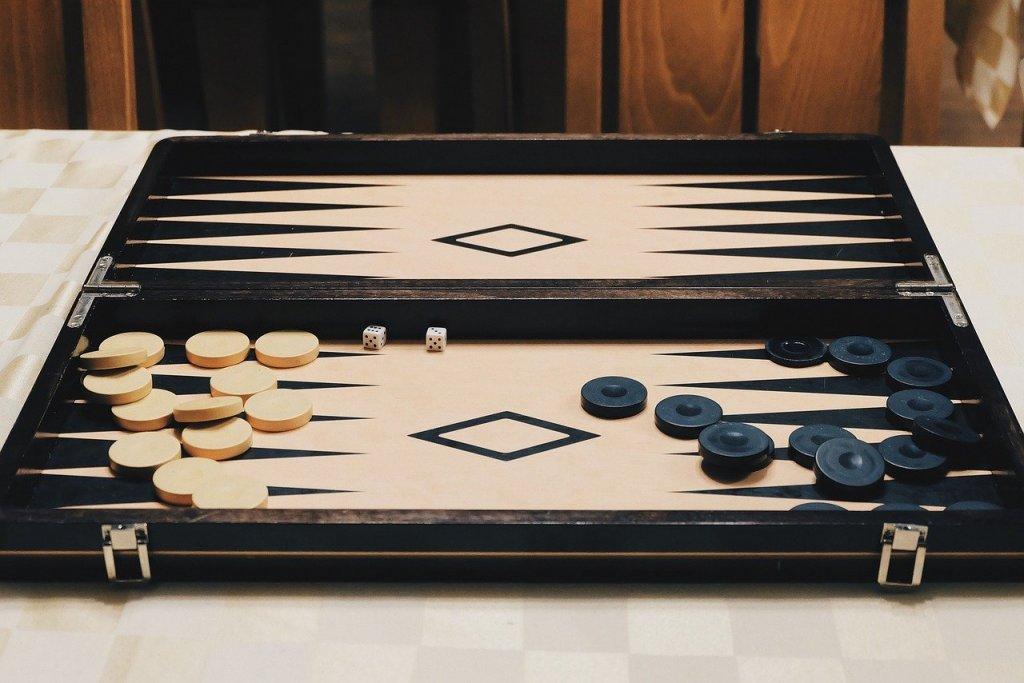 Табла Както с шаха, така и с таблата - сега е моментът. Навън е студено, а и да не беше, пак не е разумно да се излиза. И също е игра, която ни кара да мислим стратегически, като не забравяме, че има момент на случайност, който не можем да предвидим. Играе се от двама души.
