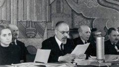 Първи състав на Народния съд в София. Отляво надясно: Вера Начева, Стефан Манов, председателят Богдан Шулев