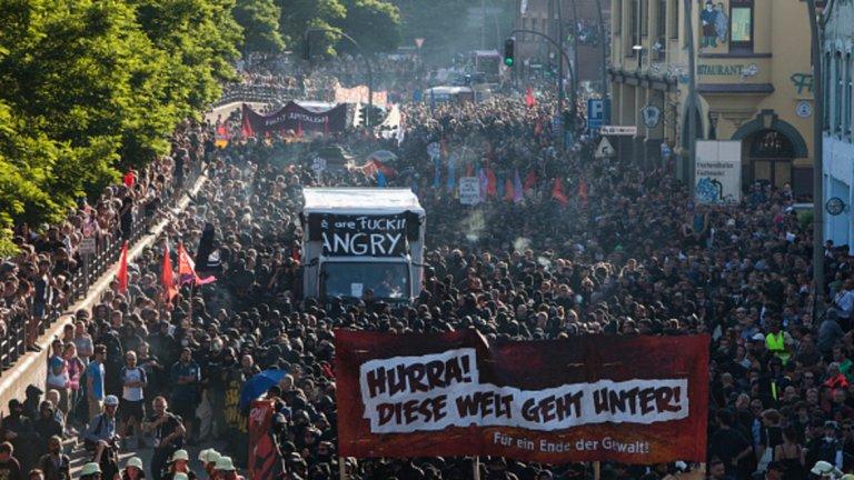 Тълпата издигна лозунги срещу капитализма и призова за глобална революция