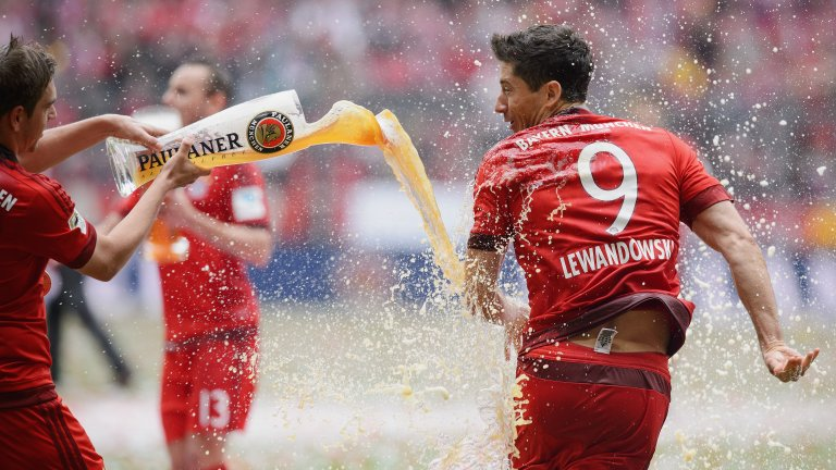 8. Роберт Левандовски  Според самият Левандовски, той е говорил с Юнайтед през 2012-а и е бил впечатлен от чутото, но от Борусия Дортмунд са отказали да го пуснат. Полският нападател тъкмо бе вкарал 30 гола, извеждайки тима на Юрген Клоп до втора поредна титла. Две години по-късно Левандовски премина в Байерн Мюнхен и оттогава наниза 230 попадения за баварците, печелейки пет последователни титли.