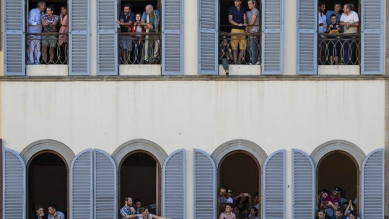 Зрителите наблюдават бруталните действия на терена от балконите.