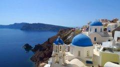 Санторини, ГърцияТова е най-известният гръцки остров и най-сниманото място в страната. В западната част има високи вулканични скали с изглед към морето, там е столицата Фира и още селища, посещавани от милиони туристи заради фантастичната гледка. Плажовете обаче са в източната част, като някои са с черен и тъмносив пясък, но има и Червен плаж, с червеникав пясък. Тук са световноизвестните варосани къщички и църкви със сини куполи.