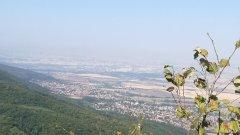 """Вадим няколко маршрута от картата около София, които не са в посока Витоша, но понякога са не по-далеч и не по-малко вълнуващи от нея:Лозенската планинаДо изходната точка на този маршрут можете да стигнете както с кола, така и с градски транспорт. Посоката е с. Долни Лозен (до него се стига с автобус №5), където търсите базата на БЧК.  Пътеката нагоре до първенеца вр. Половрак е добре маркирана, а по пътя си към върха ще минете и през Лозенския манастир """"Св. Спас"""", в който можете да се отбиете. В зависимост от темпото  преходът ще ви отнеме около час в посока. Съвет: ако решите да слизате по другата пътека, която води до Пасарел, внимавайте с маркировката, защото на места се губи. Препоръчваме ви обратния път до Лозен, освен ако не познавате добре планината."""