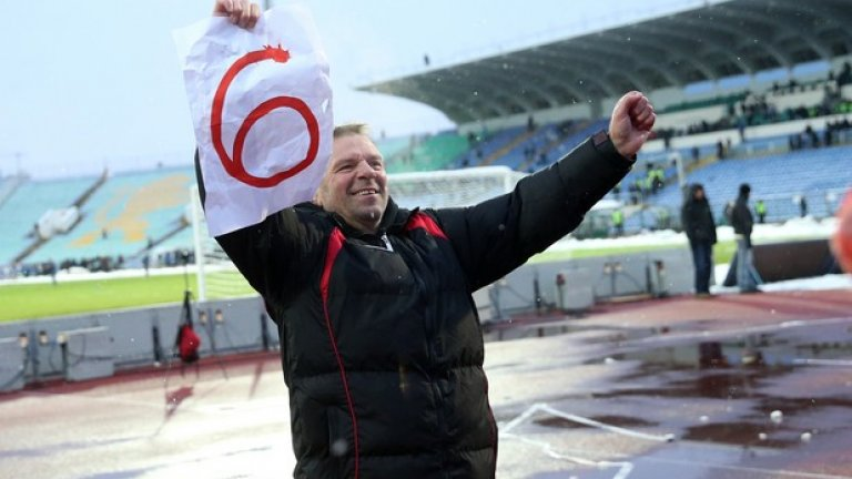 """Стойчо Младенов може и никога повече да не води ЦСКА, а кога ще е следващото дерби срещу Левски никой не знае. Но е ясно, че треньорът остана в историята с шестте поредни победи в рамките на 18 месеца. Стойчо би """"сините"""" където ги хвана - резултатите в серията бяха 3:0, 1:0, 1:0, 3:1, 2:0 и 3:0. Само един допуснат гол и вкарани 13."""