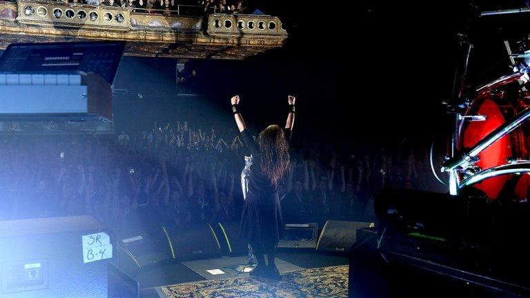 Дейвис преборва своите демони, но споменът за тях го зарежда по време на концерти. Когато е на сцена, той вкарва болката и гнева си в музиката и феновете оценяват това.