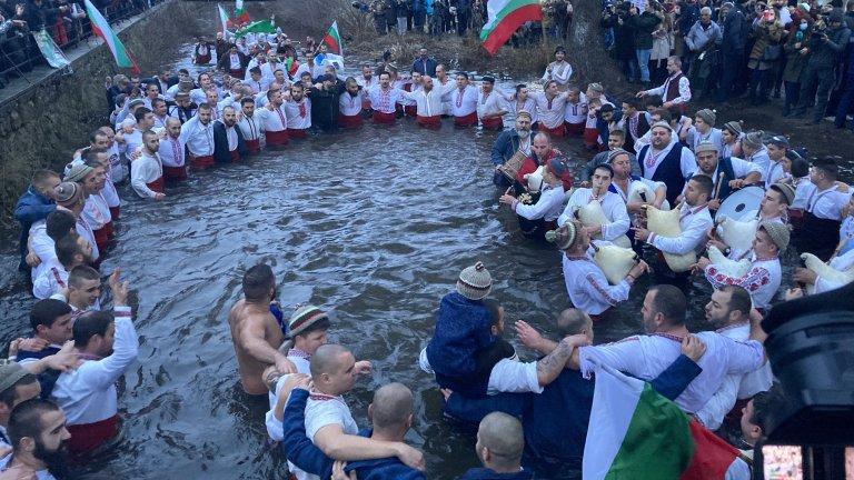 Около 50 души влязоха във водите на Тунджа, за да изпълнят ритуала