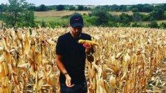 Гришо е публикувал в инстаграм снимка с кочан насред царевичен посев, за да покаже здравати си връзка със земята