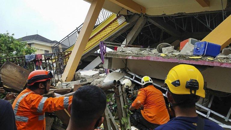 Жертви и ранени след земетресение в Индонезия